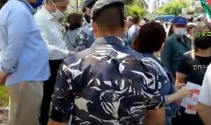 بالفيديو: قوى الامن توزع كمامات على المتظاهرين أمام قصر العدل