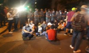 تدافع بين القوى الأمنية ومتظاهرين أمام وزارة الداخلية
