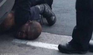 """بفيديو جديد.. الشرطة الأميركية تحاول تبرئة """"قاتل فلويد"""""""