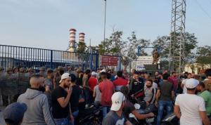 إعتصام أمام معمل دير عمار رفضاً للتقنين الكهربائي