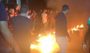 قطع أوتوستراد جل الديب بالإطارات المشتعلة (فيديو)