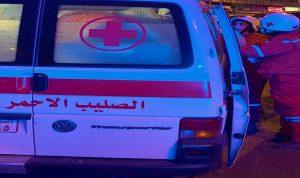 فرق من الدفاع المدني والصليب الأحمر تستجيب لاسعاف المصابين