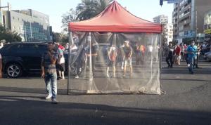 نصب خيمة وسط ساحة تقاطع إيليا-صيدا