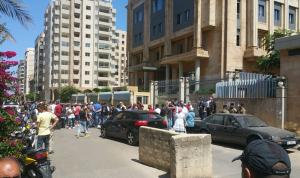 اعتصام أمام قصر العدل في طرابلس… ومحاولة خلع البوابة