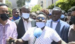 وقفة احتجاجية لعمال سودانيين أمام سفارة بلادهم