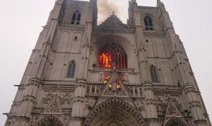 """بالفيديو والصور: حريقٌ كبير في كاتدرائية """"نانت"""" بفرنسا"""