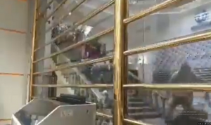 أزمة ايران تتفاقم.. الإيرانيون يتسابقون لتحويل اموالهم إلى دولار (فيديو)