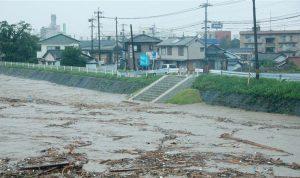 اليابان تأمر عشرات الآلاف بإخلاء منازلهم إثر فيضانات خلّفت 13 مفقوداً