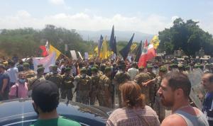 """مناصرو """"الحزب"""" يحتجون على زيارة ماكنزي… واحتكاك مع الجيش!"""