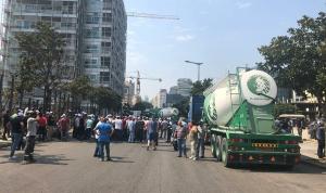 سائقو الشاحنات والجبالات يقفلون الطرق في وسط بيروت (فيديو وصور)