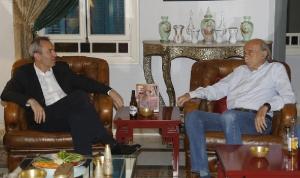 جنبلاط عرض مع السفير البريطاني المستجدات