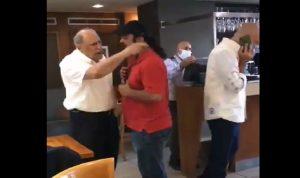 """بالفيديو- شبان يطردون الجراح من أحد المقاهي: """"كيف الك عين تشرب قهوة؟ """""""