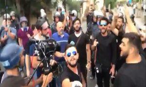 """بالفيديو- شبان يؤكدون ولاءهم لإيران… والأجوبة: """"انقلعوا عند الخميني!"""""""