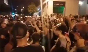 بالفيديو والصور: متظاهرون يحاولون الدخول الى مجلس النواب