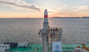 أقمار صناعية صينية إلى الفضاء في أول إطلاق تجاري من البحر