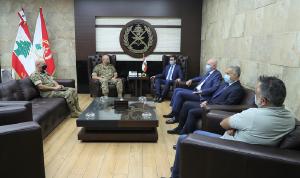 """قائد الجيش عرض ونواب """"التيار"""" في بيروت الجهود جراء الانفجار"""