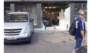 سيارة تجتاح واجهة محل في الصالومي وتستقر داخله (صورة)