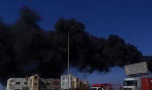 دخان أسود كثيف يتصاعد من معمل الجية (فيديو)