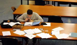 الطلاب في الخارج رهائن شركات السمسرة