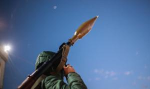 إطلاق نار كثيف وقذائف صاروخية بين عائلتين في بعلبك