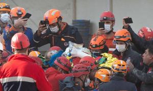 زلزال إزمير… انتشال طفلة على قيد الحياة من بين الأنقاض (فيديو وصور)