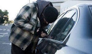 يسرقان السيارات لتهريبها الى سوريا!