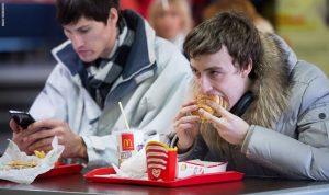 هل تكثرون من تناول الطعام بسبب القلق؟