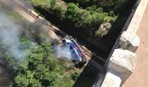 في البرازيل… قتلى وجرحى بسقوط حافلة من فوق جسر (فيديو وصور)