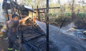 إخماد حريق في خيمة تقطنها عائلة نازحة