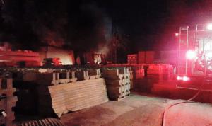 إخماد حريق داخل معمل في نهر إبراهيم