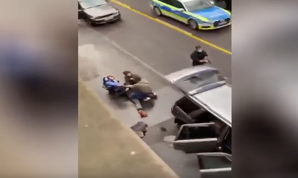 قتيلان و جرحى في دهس سيارة لمجموعة من المارة في ألمانيا  و لحظة القبض على السائق
