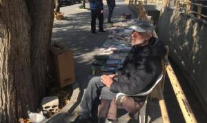 يبيع الكتب على رصيف رأس العين منذ 20 عاماً… ولن يستسلم
