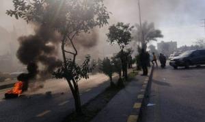 قطع أوتوستراد البداوي احتجاجًا على تمديد الإقفال