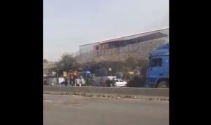 بالفيديو: قطع طريق الجيّة بالإطارات المشتعلة