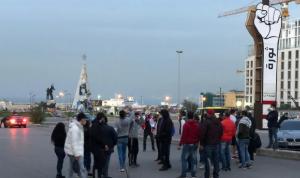 بالفيديو: قطع الطريق في ساحة الشهداء