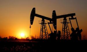 النفط يهبط مع فتح قناة السويس