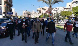 """في طرابلس وصيدا… احتجاج وقطع طرقات بسبب """"الإقفال"""" (صور)"""