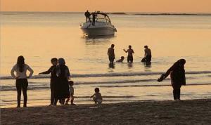 بعد حركة غير اعتيادية لرواده.. شرطة البلدية تخلي شاطئ صور