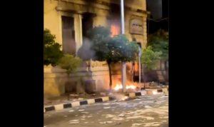 بالفيديو: مبنى بلدية طرابلس يحترق!