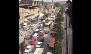اللبنانيون يرفعون الصوت: قطع طرقات في عدة مناطق (فيديو)