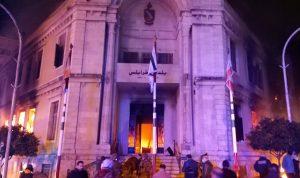 أهالي طرابلس في ذهول بعد إحراق مبنى البلدية التاريخي