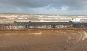 الرياح تنقل باخرة من مرفأ طرابلس إلى شاطئ القليعات!