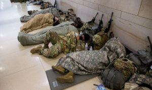 بايدن يعتذر عن نوم جنود في موقف للسيارات