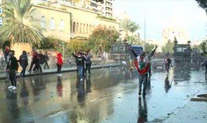 بالفيديو- القوى الأمنية ترش المتظاهرين بالمياه