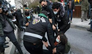 بالفيديو… اعتقال محتجين على تعيين أردوغان رئيسا لإحدى الجامعات