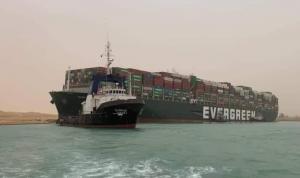 """حادثة قناة السويس.. """"قبطان السفينة قام بمناورة خاطئة""""!"""