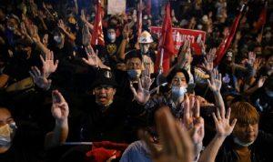 في تايلاند… اشتباكات بين الشرطة ومحتجين على النظام الملكي