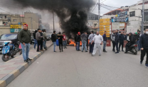 """سعر الدولار """"طاير""""… واللبنانيون يقطعون الطرقات"""
