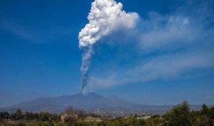 """بركان """"إتنا"""" الإيطالي يطلق سحابة هائلة من الرماد"""