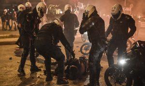 في اليونان.. طرد ضابط لتعنيفه رجلا خلال إجراءات كورونا